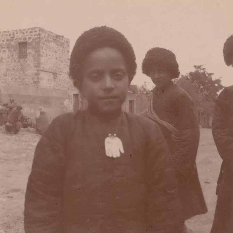 Фото Французский исследователь барон Жозеф де Бай в Дербенте. 1900 год