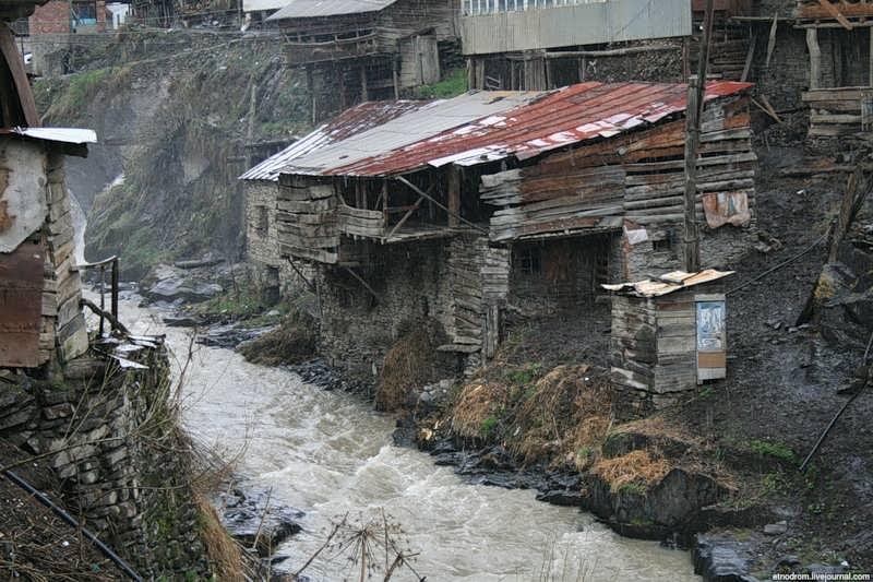 Туалет (дощатое строение над рекой)