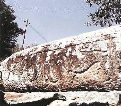Саркофагообразное надгробие XIII в. с геральдическими знаками вблизи Кала-Корейша