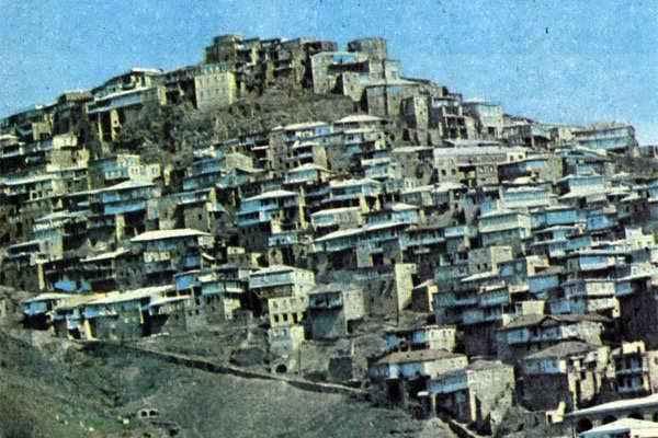 Два дагестанских селения — Кубани и Амузги, ныне почти покинутое, были когда-то тесно связаны между собой. Из Кубачей в Амузги везли железо, а обратно шли сабельные и кинжальные клинки, которые приобретали в Кубачах рукояти, ножны, украшенные серебром, чернью, эмалью.
