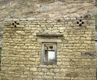 с.Гапшима. Дырочки-кресты  на стене старого дома.